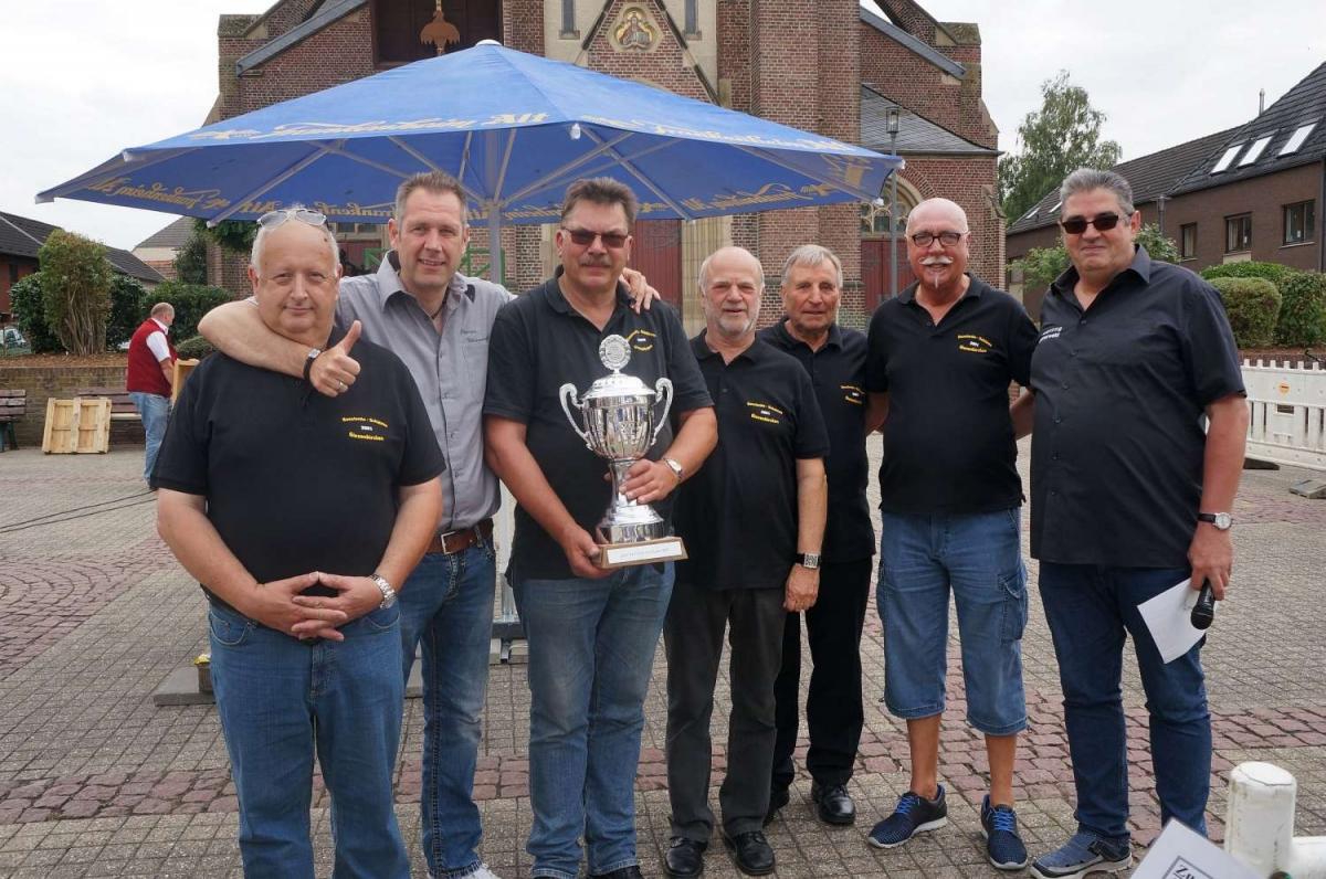 Siegerehrung Vereinskönig Konstantinschützen (vl. Fredi Nellen, Rainer Hermes, Manfred Schulze, xx, Helmut Breuer, Rudi Armbrost, Ralf Kremer 1500x996