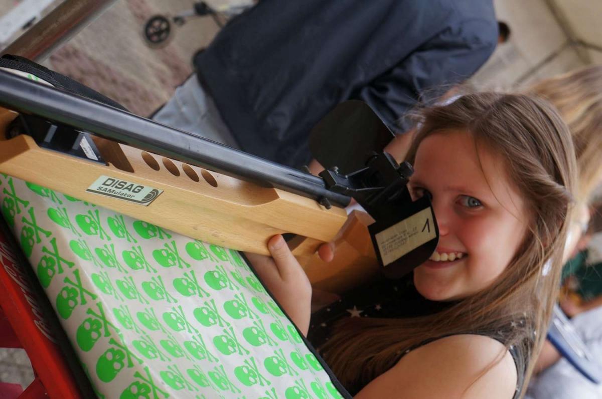 Schülerkaiserin Angelina Hermes am Lasergewehr 1500x996